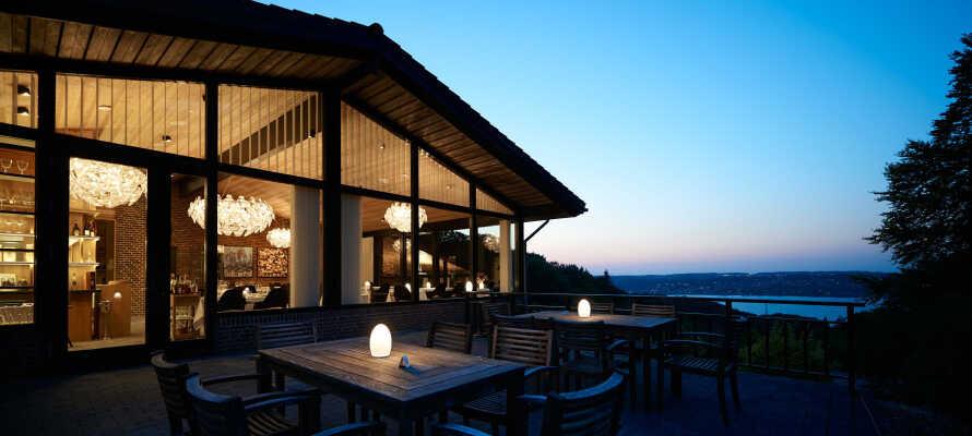 Dette 4-stjernede hotel ligger omgivet af Munkebjergskoven i Vejle, med en suveræn udsigt til Vejle Fjord.