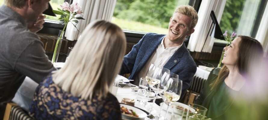 Im Hotelrestaurant geniessen Sie feine Mahlzeiten und guten Wein,  dazu haben Sie eine fantastische Aussicht.