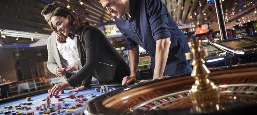Prøv lykken på Casino Munkebjerg! Som gæst ved Munkebjerg Hotel får I fri entré til det flotte casino.