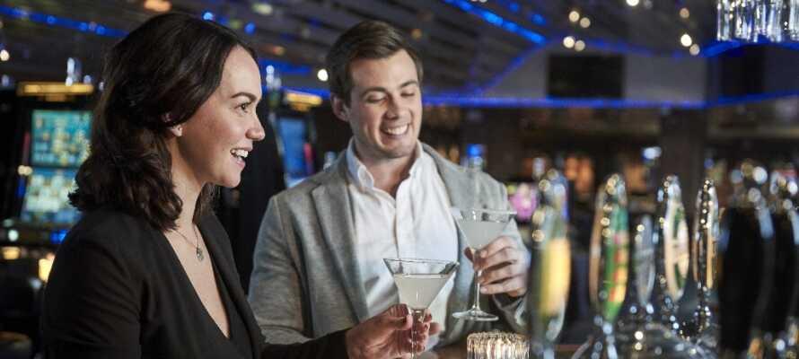 Tilbring en dejlig aften i hotellets stilfulde omgivelser og slut dagen med en velsmagende drink i hotellets bar.