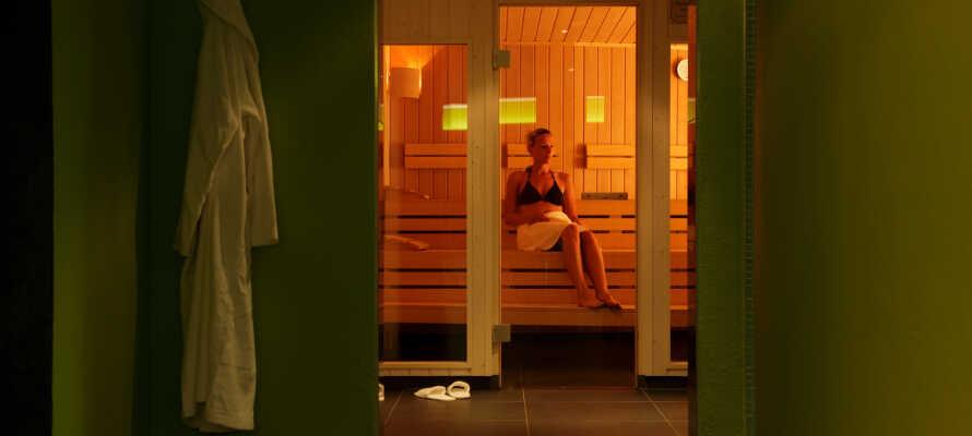 Nyd en stille stund i hotellets sauna. Få varmen efter en svømmetur i poolen.