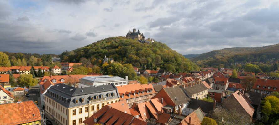 Den fargerike byen Wernigerode med slottet som troner øverst ligner på et eventyr.