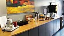 Hotellets resepsjon og frokostrestaurant
