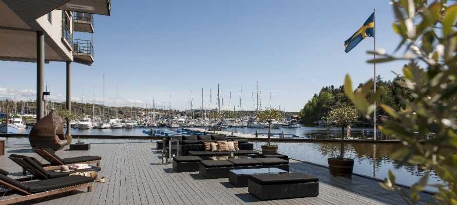 Hotellets terrasse ligger direkte ved vandet og indbyder til rolige og smukke øjeblikke.