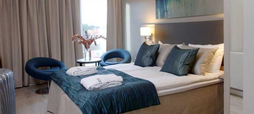 Bo og sov godt i et af hotellets moderne værelser, hvor I kan slappe af og lade batterierne op.