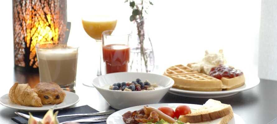 Start dagen med morgenmad på hotellet. Der er masser at vælge imellem, så I er klar til dagens eventyr.