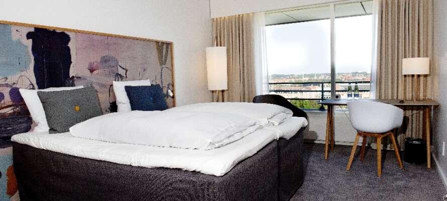 Der er lagt vægt på hjemlig hygge i de lyse værelser som alle har udsigt til Limfjorden eller Aalborg by.