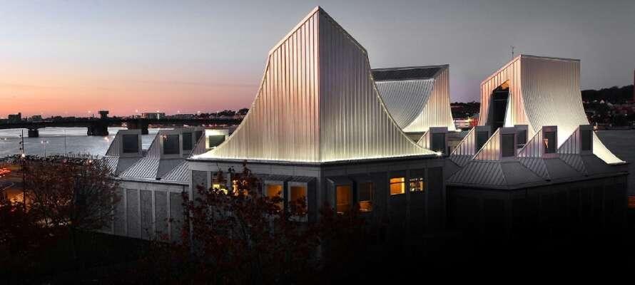Ålborg har många kulturupplevelser som det imponerande Utzon Center endast 3km från hotellet.