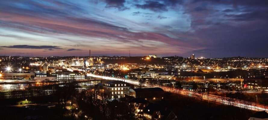 Njut av den vackra kvällsstämningen i Ålborg och ladda upp inför morgondagens spännande upplevelser.