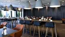 Hotellets á la carte-restaurang serverar god mat i trevliga omgivningar