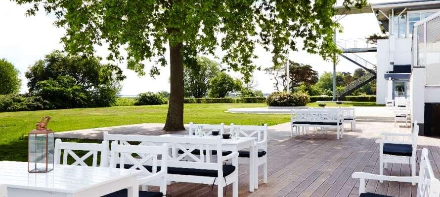 Hotellet ligger i Køge, endast fem minuters promenad från stranden. Från hotellets vackra terrass är det havsutsikt.