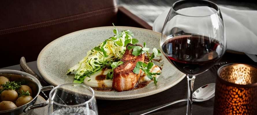 På hotellet kan ni äta middag i restaurangen, där menyn är inspirerad av det moderna nordiska köket.