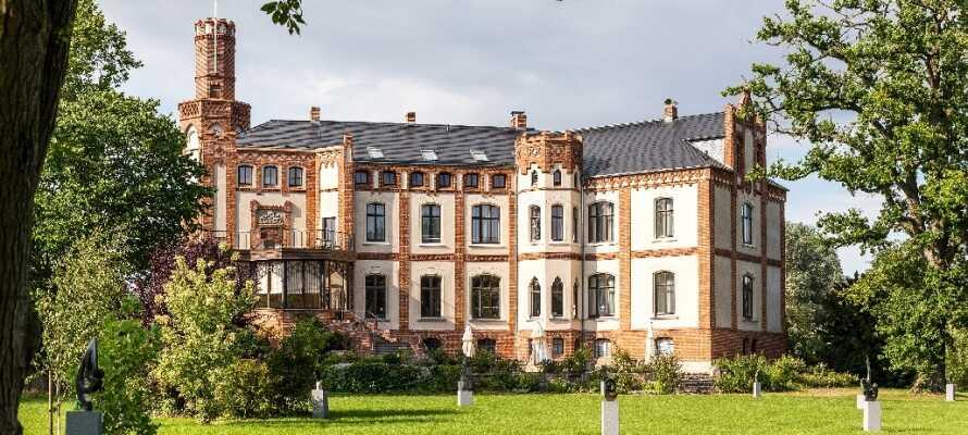 Det eleganta slottshotellet är byggt i en nygotisk borg nära staden Wismar och den tyska Östersjökusten.
