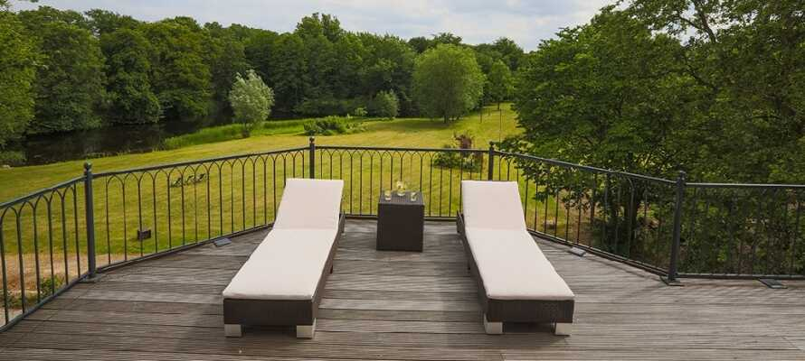 Hotellets romslige solterrasse er et herlig sted å slappe av, og det er en flott utsikt over slottsparken.