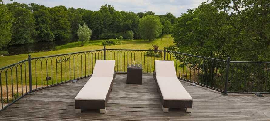Hotellets rummelige solterrasse er et skønt sted at slappe af, og der er en dejlig udsigt over slotsparken.