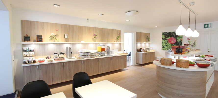 Hver morgen serveres det en stor og varieret froksotbuffe i hotellets lyse spiseområde.