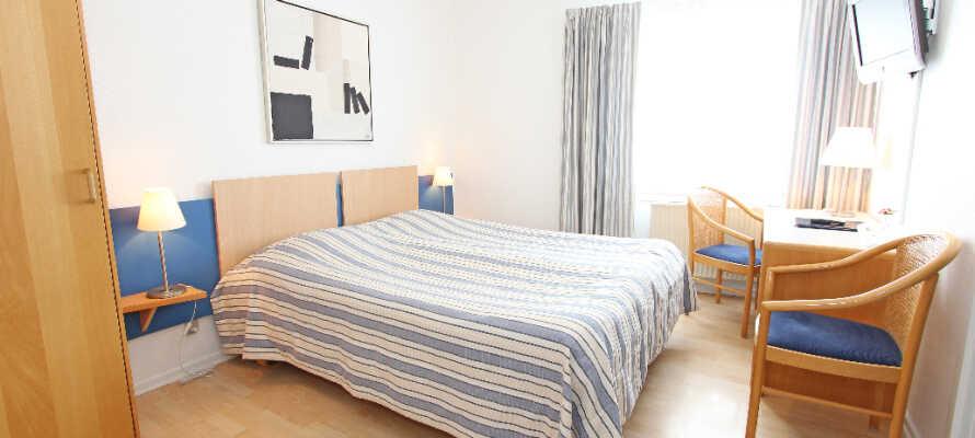Die hellen Standardzimmer bieten genügend Platz für zwei Erwachsene und sind der ideale Ausgangspunkt für Ihren Aufenthalt in Skagen.