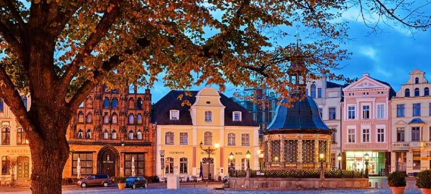 Åk på utflykt till den charmiga staden Wismar och upplev dess speciella hansa-arkitektur.