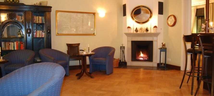 In der Hotel Lounge mit Kamin kann man nach einem langen Tag wunderbar entspannen.