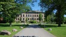 Den gamla herrgården Gashaus Redewisch ligger vackert beläget strax utanför Boltenhagen.