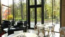 Morgenmaden serveres i en stor lys spisesal, og kan nydes sammen med de smukke parkomgivelser lige udenfor vinduerne.