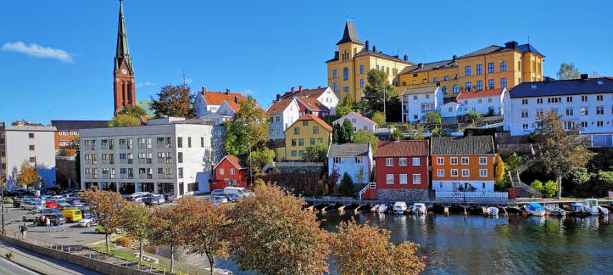 Hotellet ligger kun 200 meter fra Arendals livlige havn, hvor I kan nyde stemningen og udsigten over vandet.