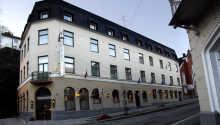 Grand Hotel Arendal ligger midt i byen og her bor I kun et stenkast fra alle seværdighederne.