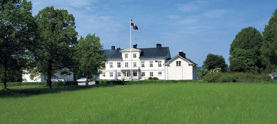 Åkerby Herregård ligger omringet av natur og har utsikt over sjøen Fåsjön.