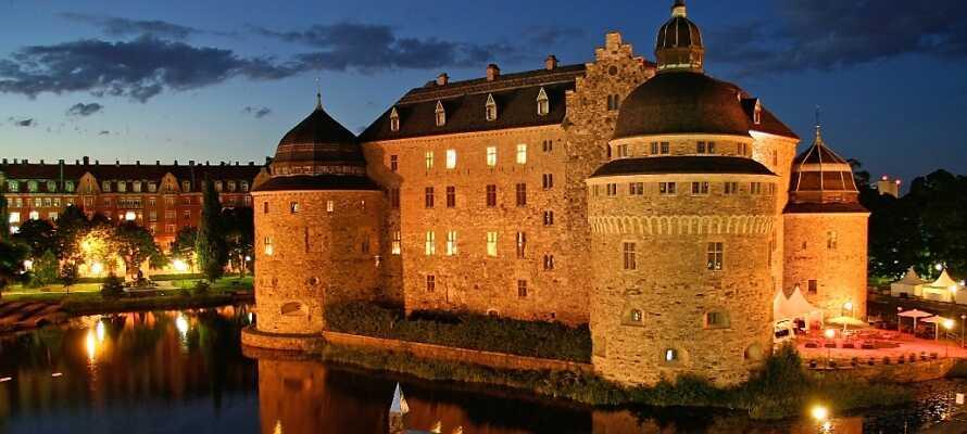 Tag køreturen til Örebro, hvor I kan opleve slottet på den lille ø, eller gå en tur i den hyggelige by.