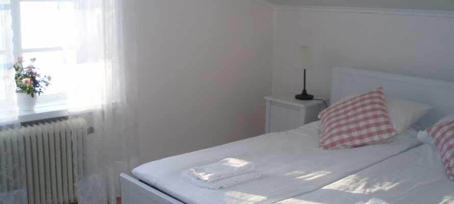 På Åkerby Herrgård bor I på lyse værelser, som giver jer den helt rigtige fornemmelse af et herregårdsophold.