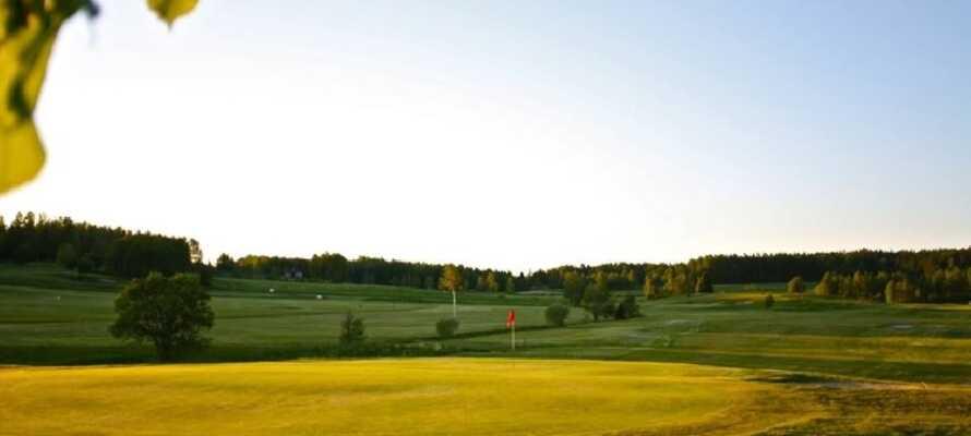 Nora Golfklubb ligger like ved Åkerby Herregård, hvis dere har lyst til å ut å spille golf en dag.