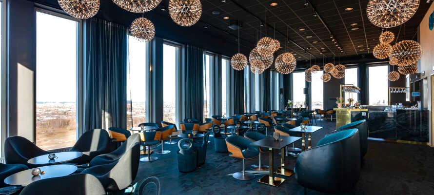 Njut av utsikten från 16:e våningen i hotellet skybar, SKAJ, där ni har en fantastisk utsikt över Malmö.