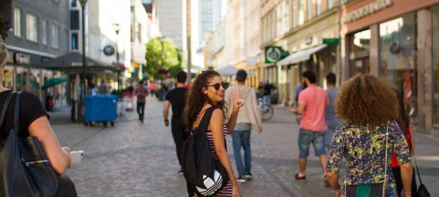 Upplev Malmös charmiga gågator eller det stora shopping-centret Emporia som ligger i närheten av hotellet.