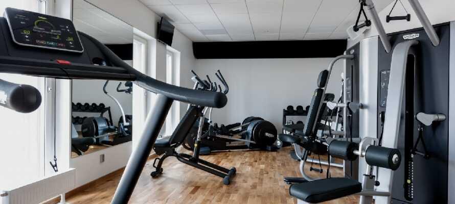 På hotellet finns ett fitnessrum med flera olika maskiner och utrustning till konditions- och styrketräning.