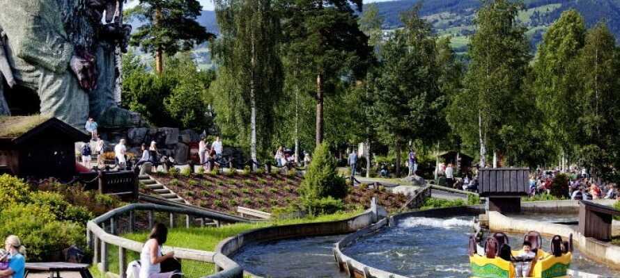 Hunderfossen Familiepark ligger lige ved siden af hotellet og byder på sjove oplevelser for store og små