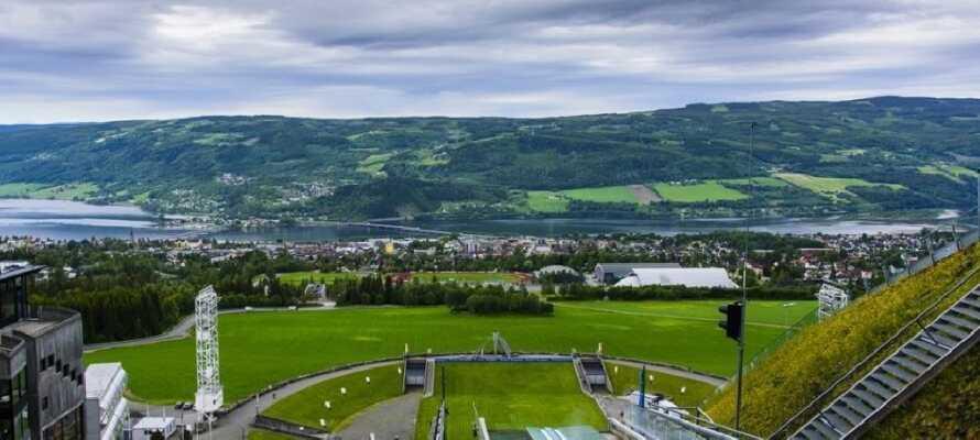 Besök OS parken i Lillehammer, där hoppbacken bjuder på en slående utsikt.