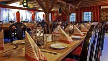 Njut av en god middag i hotellets mysiga restaurang.