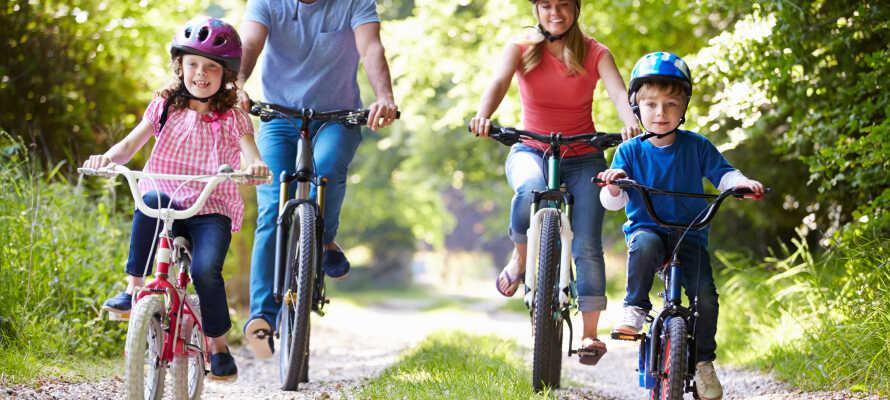 Erforschen Sie die Fahrradrouten, Åsarundan und Sehenswürdigkeiten wie beispielsweise  Brattatorpet und Ulvsbacks præstegård.