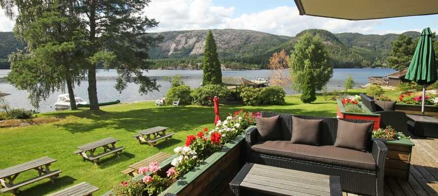 Revsnes Hotell ligger idyllisk ved Byglandsfjorden. Et sted rig på traditioner omgivet af flot natur til alle sider.