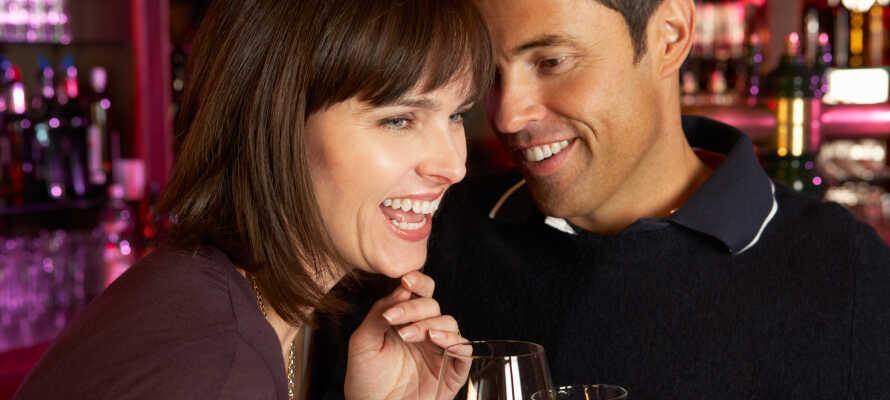 På hotellet kan I spise middag og slutte dagen med en drink i baren.
