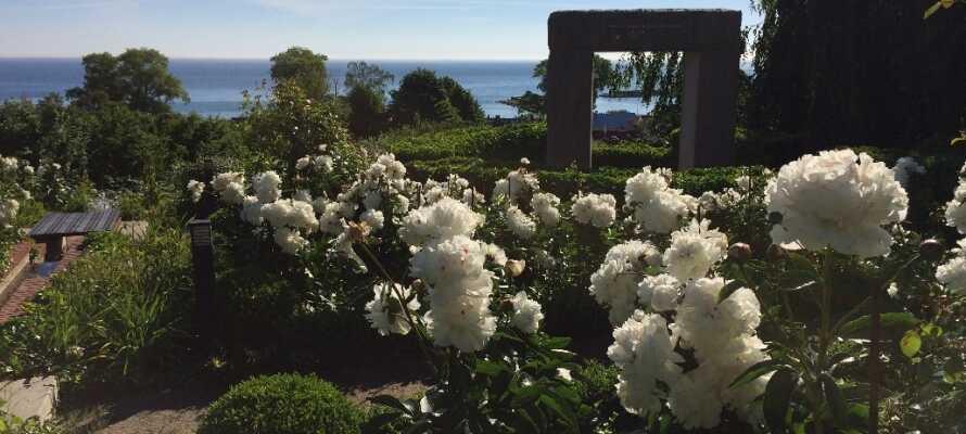 Vom Rosengarten des Hotels aus hat man eine schöne Aussicht auf die Hanöbucht. Der Strand ist nur 300 Meter vom Hotel entfernt.
