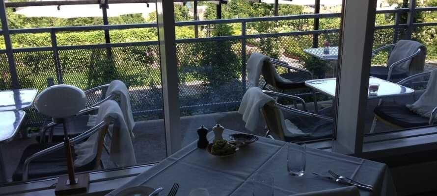 I hotellets restaurant serveres det frokostbuffé. Her kan man også nyte gode middager som er tilbredt med nøye utvalgte og lokalt produserte råvarer.