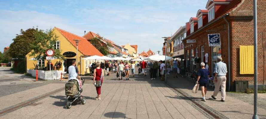 Besök gågatan mitt i Skagen där ni finner goda shoppingmöjligheter och mysiga caféer.