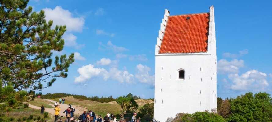 Den nergrävda kyrkan är ett populärt turistmål. där bara kyrktornet sticker upp ur dynerna!