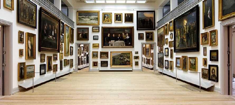 På Skagens Museum kan ni uppleva många av de kända Skagenmålarnas verk.
