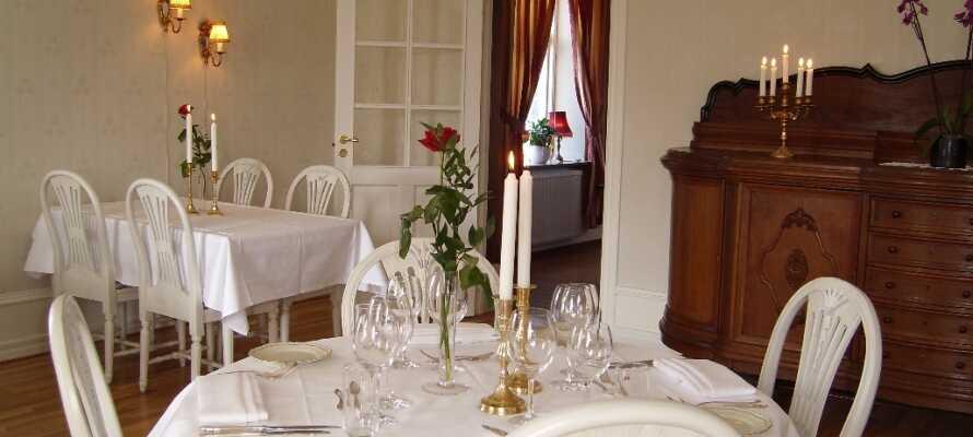 Nyd eftermiddagskaffen i den hyggelige gårdhave og spis middag i hotellets charmerende restaurant.