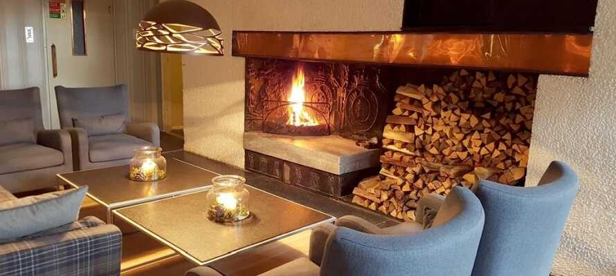 Es gibt eine gute Atmosphäre im Hotel. Hier kann man einen angenehmen Abend in guter Gesellschaft vor dem Kamin verbringen.