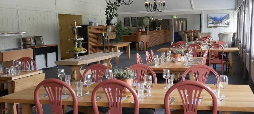 Am Abend können Sie Ihr Abendessen im gemütlichen Restaurant genieβen.