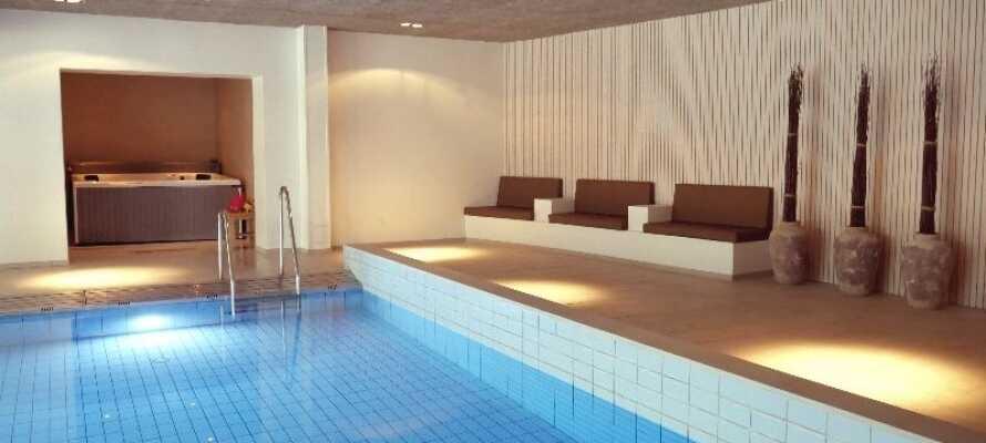 Entspannen Sie sich im Wellnessbereich im Innenpool, in der Sauna oder im Jacuzzi. Hier können Sie auch eine Spa-Behandlung buchen.
