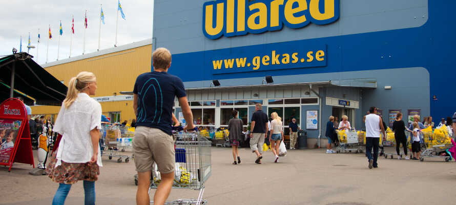 Besuchen Sie das große gelbe Kaufhaus, das nach einem bescheidenen Start im Jahr 1963 heute eines der beliebtesten Touristenziele Schwedens ist.